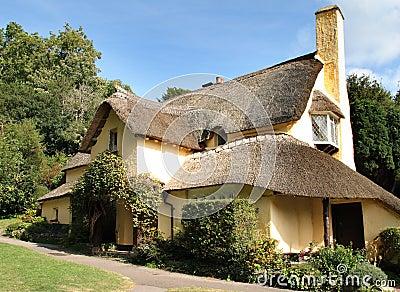 Cottage inglesi thatched immagini stock libere da diritti for Planimetrie inglesi del cottage