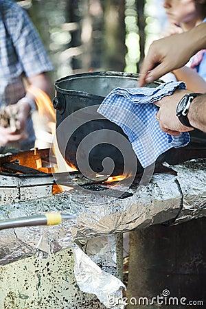Cottura del pranzo su fuoco di accampamento