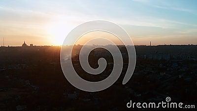Coucher du soleil au-dessus de la ville Silhouettes des constructions clips vidéos