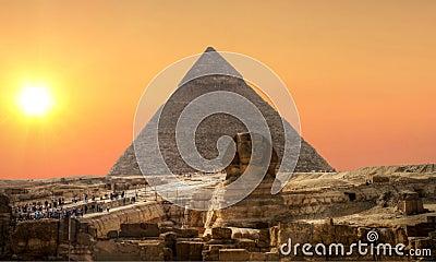 Coucher du soleil au-dessus de sphinx et de pyramide