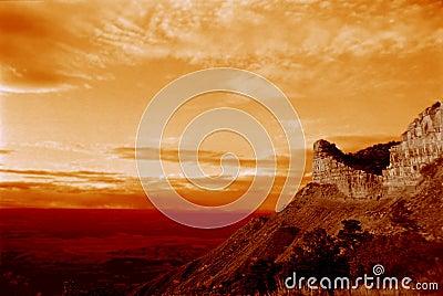 Coucher du soleil de montagne de désert