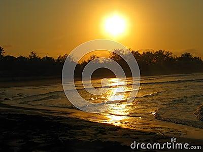 Coucher du soleil de plage de Tofo, Mozambique