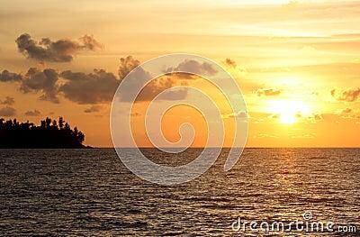 Coucher du soleil ou lever de soleil par l océan