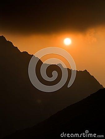 Coucher du soleil sur des montagnes