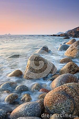 Coucher du soleil sur une plage de rocher images libres de - Coucher avec une star du x ...