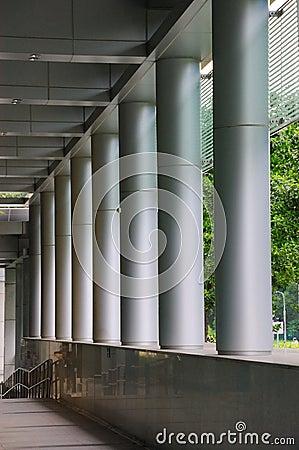 Couloir tranquille avec beaucoup de piliers métalliques sur le côté