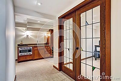 Couloir avec la porte fen tre la pi ce de bureau photo for Couloir bureau