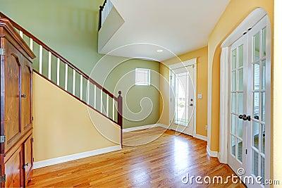 couloir jaune et en bon tat lumineux d 39 entr e photo stock image 43910096. Black Bedroom Furniture Sets. Home Design Ideas