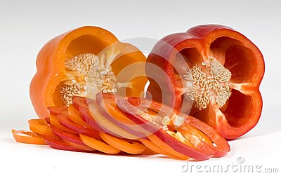 Coupez les poivrons doux oranges et rouges