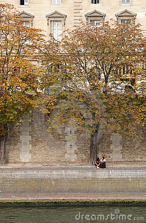 Free Couple At La Seine Royalty Free Stock Photos - 11223628