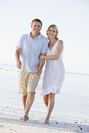 Free Couple At The Beach Holding Hands And Smiling Royalty Free Stock Photography - 5537897
