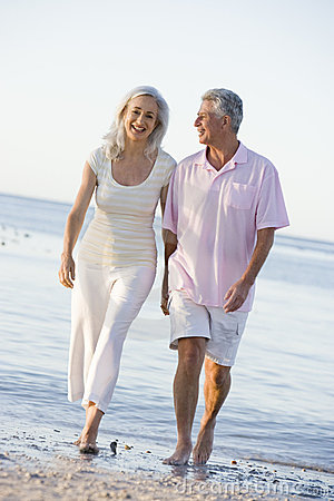 Free Couple At The Beach Holding Hands And Smiling Royalty Free Stock Photography - 5542357