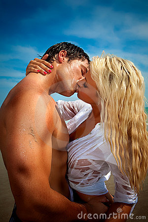 Free Couple At The Beach Kissing Stock Photos - 10127523