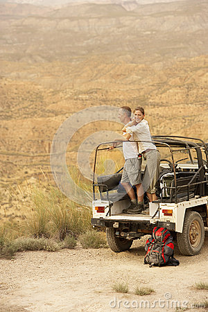Free Couple By Car Looking At Desert From Cliff Royalty Free Stock Images - 31833059