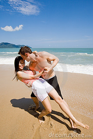 Free Couple Dancing At The Beach Royalty Free Stock Images - 5136139