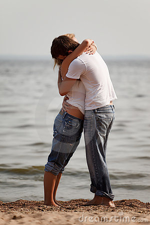Free Couple Embrace On A Beach Royalty Free Stock Photography - 16252087