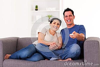 Couple hållande ögonen på komedi