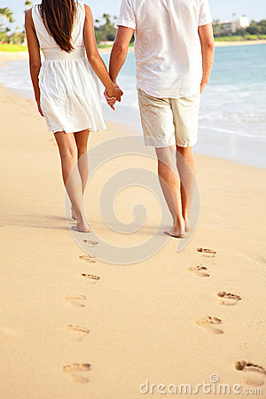 Free Couple Holding Hands Walking On Beach On Vacation Royalty Free Stock Photos - 31681698