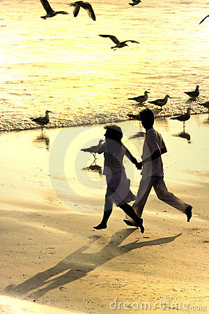 Free Couple Running In The Beach Royalty Free Stock Photography - 2448127