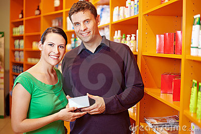 Couple shopping for medication