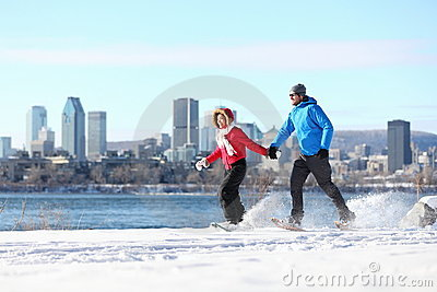 Couple snowshoeing in montreal