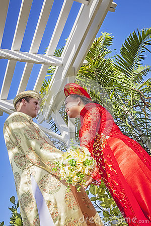 Free Couple Wearing Vietnamese Ao Dai Stock Photography - 79328362