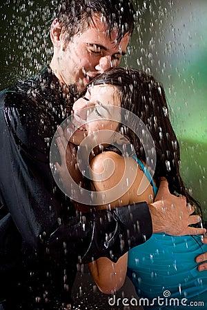 Couples étreignant Sous Une Pluie Royalty Free Stock Image