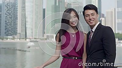 Couples asiatiques dans le mouvement lent de vêtement d'affaires banque de vidéos