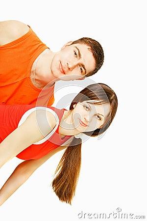 Jeunes couples au-dessus de blanc