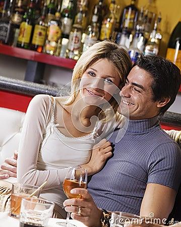 Couples ayant l amusement ensemble