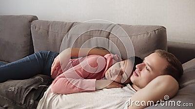 Couples caucasiens se trouvant sur le sofa embrassant ensemble à la maison Belle amie caressant son ami Détente dessus clips vidéos