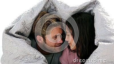 Couples causant sous les couvertures clips vidéos