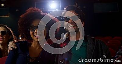 Couples en verres 3d observant le film dans le théâtre 4k banque de vidéos
