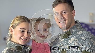 Couples et fille militaires de sourire regardant la caméra, fierté nationale, patriotisme banque de vidéos