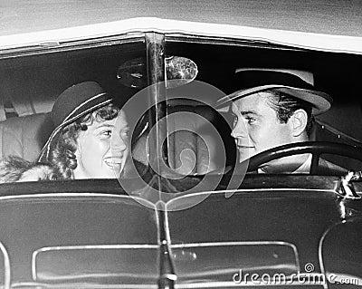 couples heureux dans la voiture ancienne toutes les personnes repr sent es ne sont pas plus. Black Bedroom Furniture Sets. Home Design Ideas