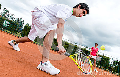 Couples jouant le tennis