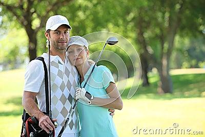 Couples jouants au golf