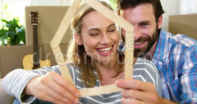 Couples mignons souriant derrière une forme en bois banque de vidéos