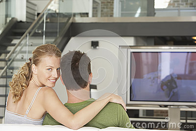 Couples regardant la TV à la maison
