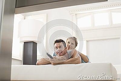 Couples regardant la TV à la maison