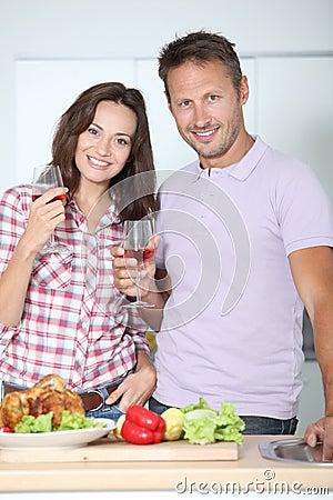 couples restant dans la cuisine image libre de droits image 16281526. Black Bedroom Furniture Sets. Home Design Ideas