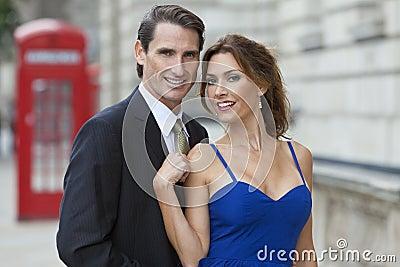 Couples romantiques par la cabine téléphonique, Londres, Angleterre