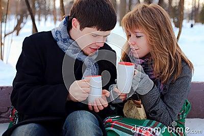 Couples se réchauffant