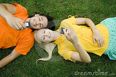 Couples se trouvant sur l herbe