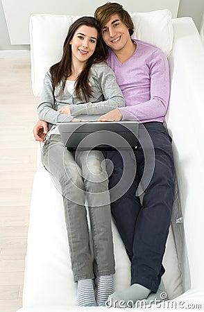 Couples se trouvant sur le divan