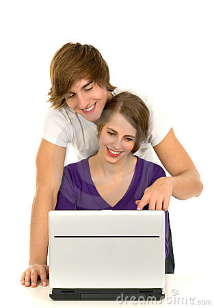 Couples utilisant l ordinateur portatif