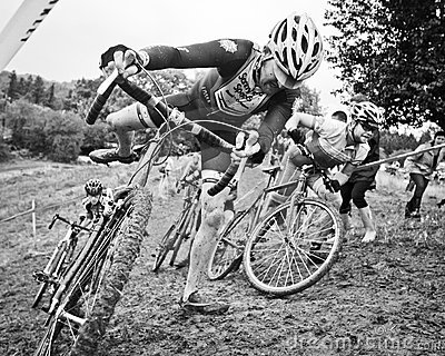 Coureurs mâles de Cycloross dans la boue Photo éditorial