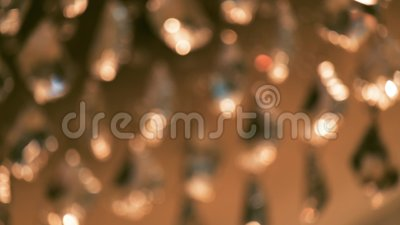 Cours de cristaux magnifiques d'un lustre de luxe Fond de cristal brillant banque de vidéos