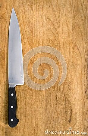 Couteau de cuisine sur le bloc de découpage.