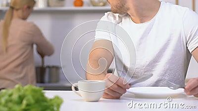 Couteau impatient affamé de participation de mari et repas de attente de fourchette d'épouse lente banque de vidéos